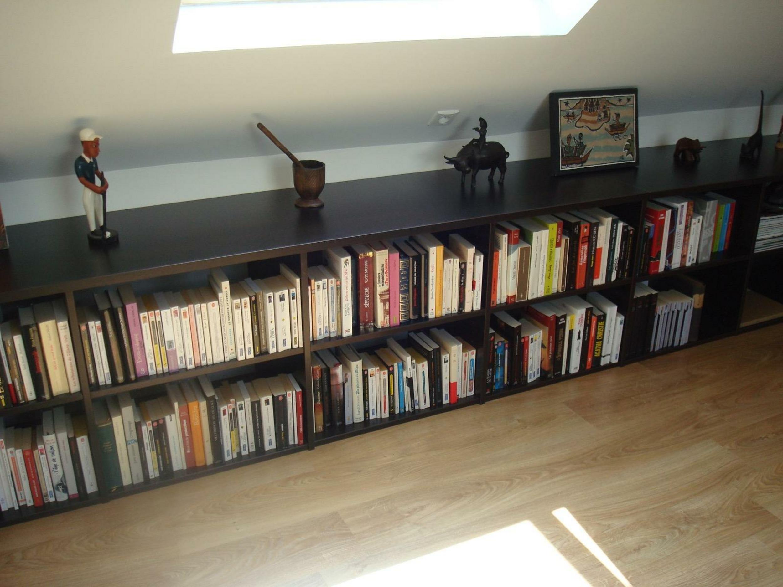 Bibliothéque bois wengué sous combles