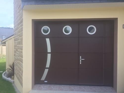 Porte de garage avec portillon piéton - insertion inox et hublots ronds