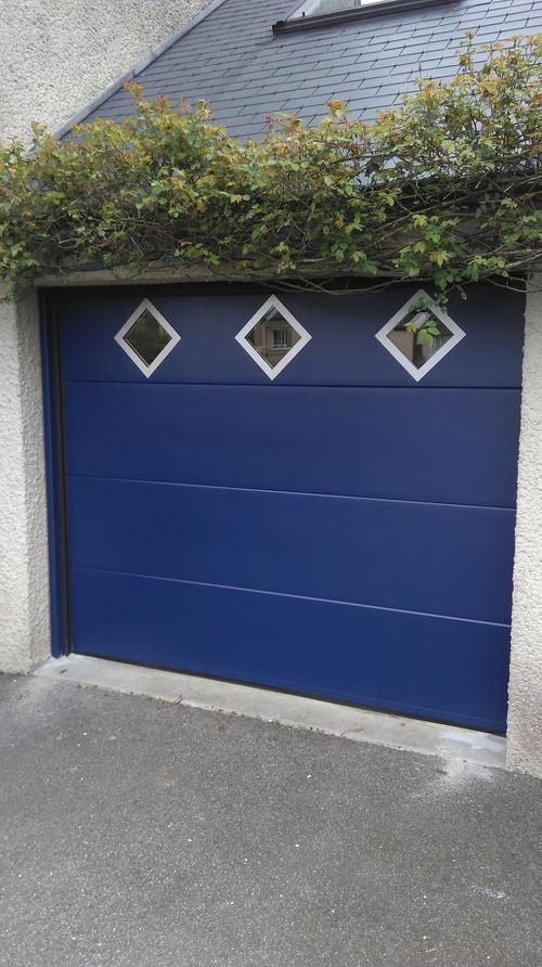 Porte de garage sectionnelle plafond bleue- avec hublots en losange