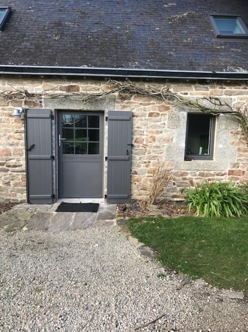 Pose porte fermière et fenêtre avec volets battants- rénovation maison pierre
