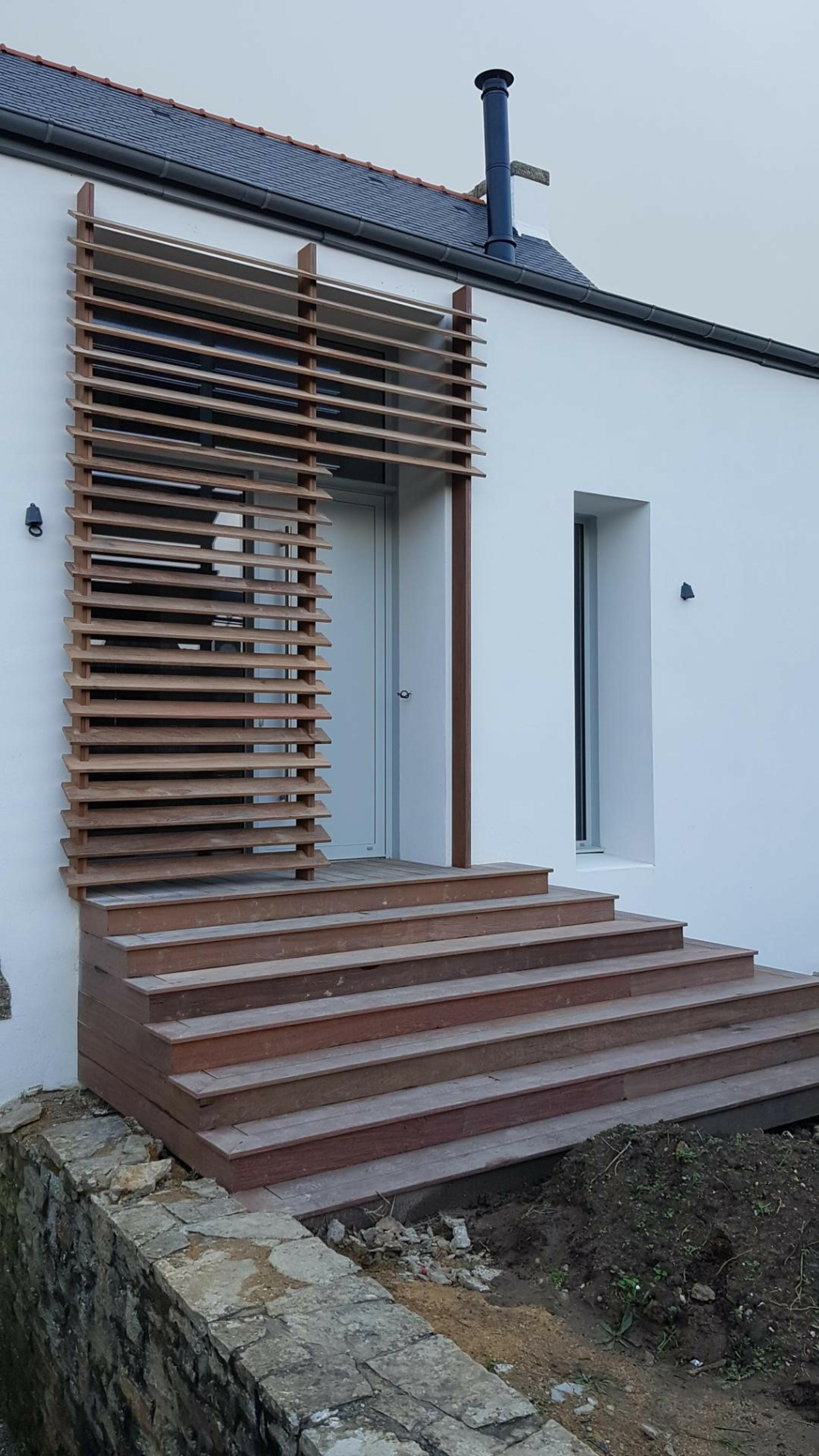 Brise-vue en bois pour une entrée