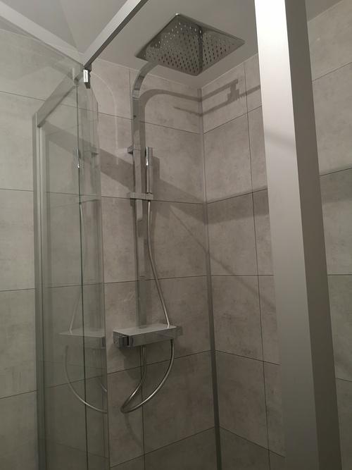 Installation d''un douche avec porte à la française