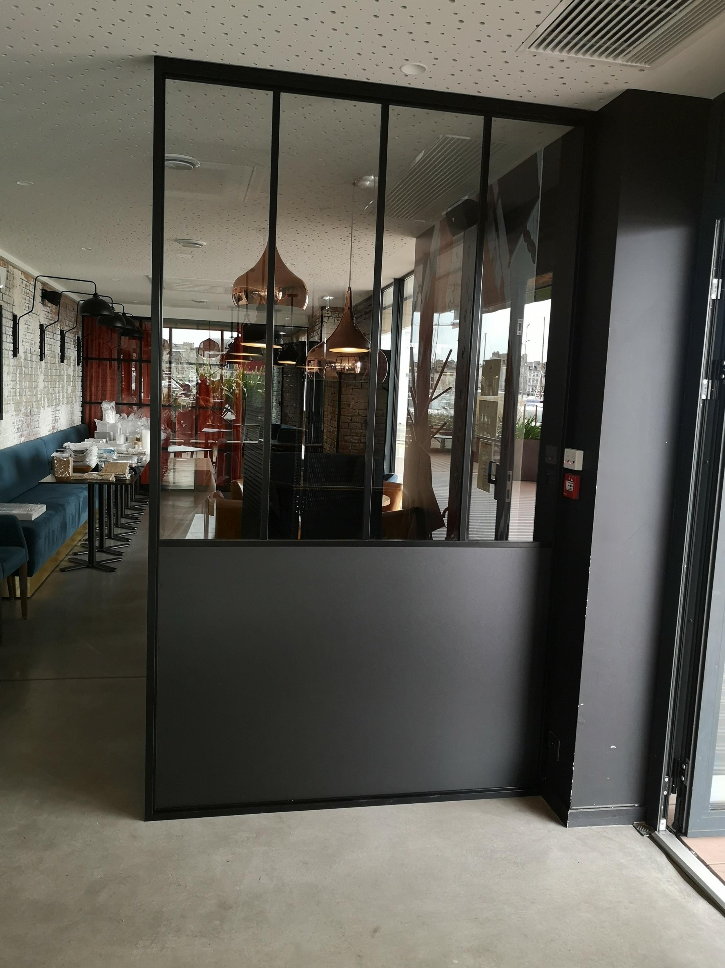 Installation d''un verrière séparative en métal noir