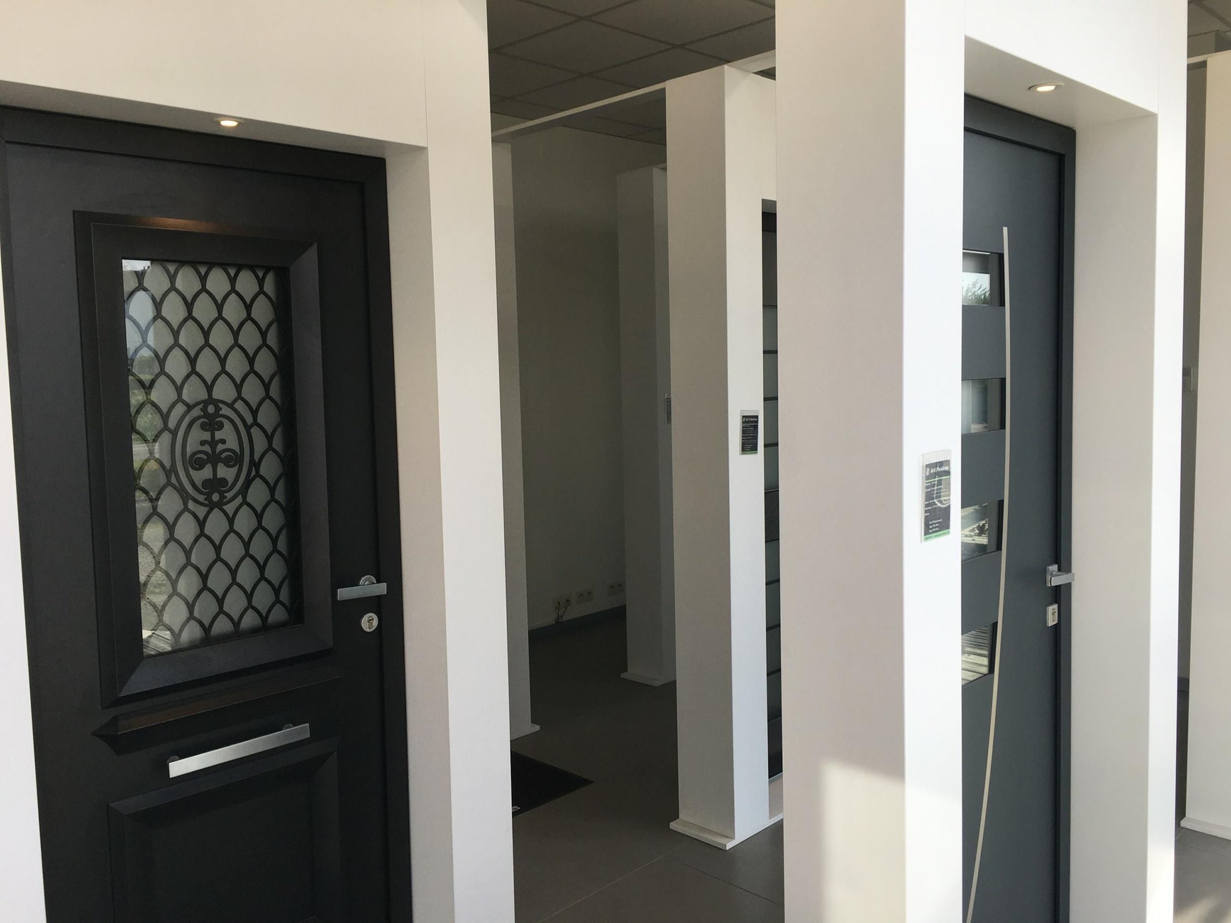 Porte d''entrée alu avec grille rétro