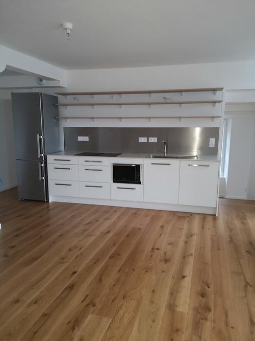 Pose parquet chêne clair dans une cuisine
