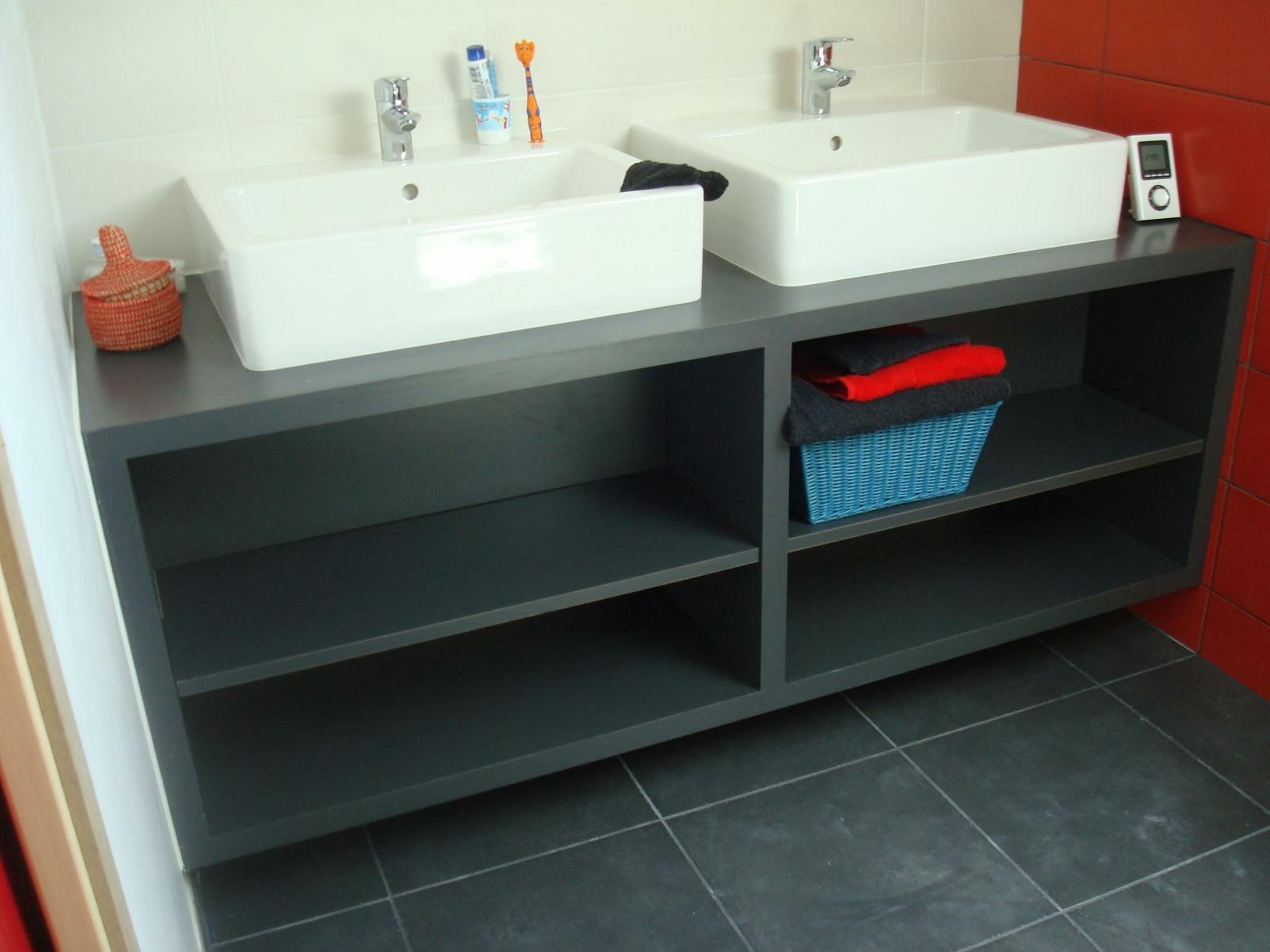 Salle de bain double vasque dans petite espace