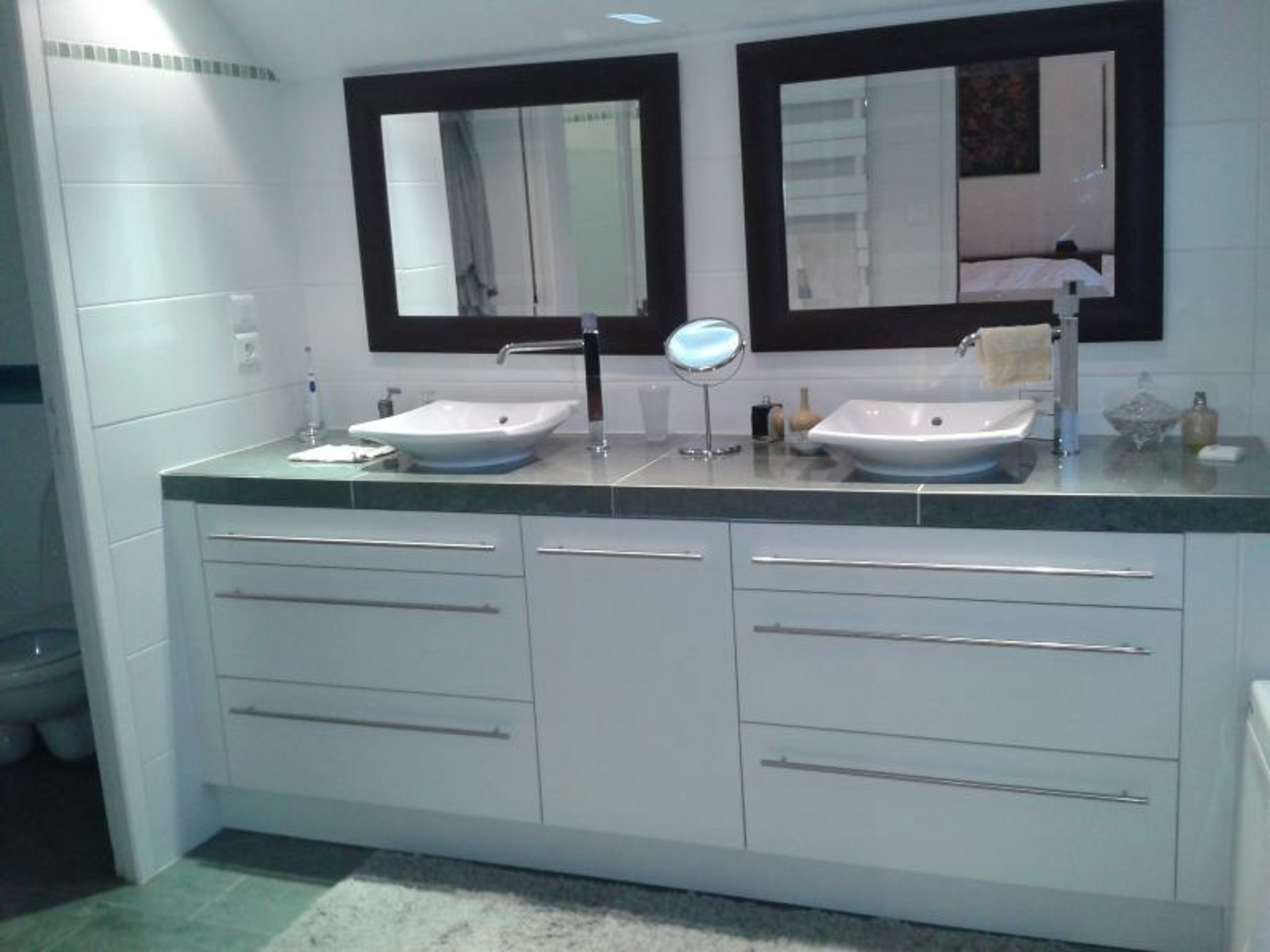 Salle de bain double vasques laqué blanc - plan de travail marbre gris